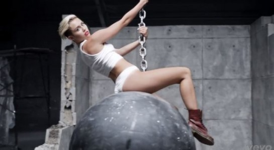 miley-cyrus-wrecking-ball-music-video-3-590x323